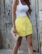 bialy top i zolta spodnica