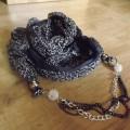 apaszka szalik w panterke szara z łańcuszkiem