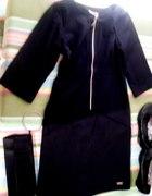 Czarna sukienka z butami i kopertówką...