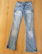 Jasne przecierane jeansy