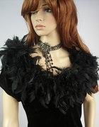 Sukienka ozdobiona strusimi piórkami