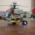 Wojskowy helikopter świeci wydaje dzwieki jezdzi