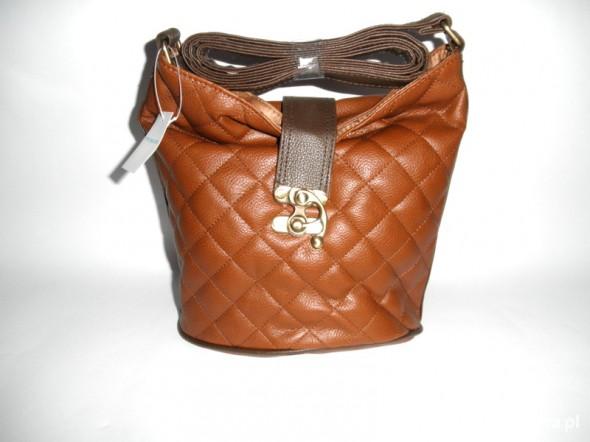 brązowa pikowana torebka na długim pasku