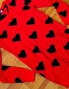 Czerwony sweter w serca