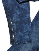 granatowe jeansy rurki pomięte