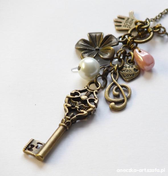 Długi naszyjnik stare złoto zawieszki i klucz
