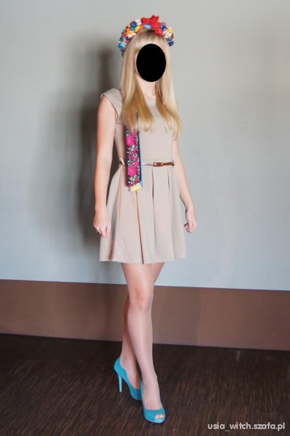 Mój styl Rozkloszowana sukienka nude i miętowe szpile