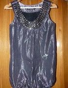 Srebrna bluzka z ozdobnym dekoltem