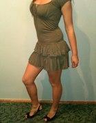 Krótka przylegająca sukienka z falbanką