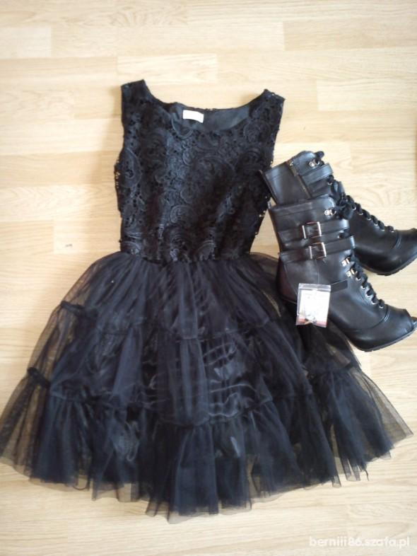 Imprezowe czarna tiulowa sukienka i botki
