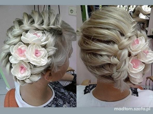 fryzura z kwiatami...