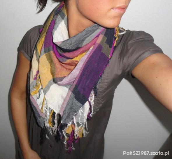 Chusty i apaszki Ciekawa kolorowa chusta w kratę rożek