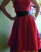 Czerwona sukienka w stylu lat 50