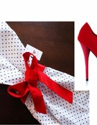 Sukienka w groszki czerwone platformy