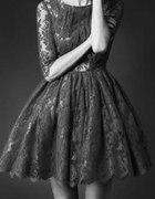śliczna sukienka z ciemnej koronki