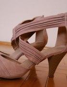 pudrowe sandalki...