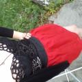 Gorset obcasy i czerwona spódniczka