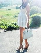 Biała zwiewna sukieneczka