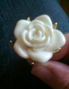 Pierścionek róża nude Stradivarius...