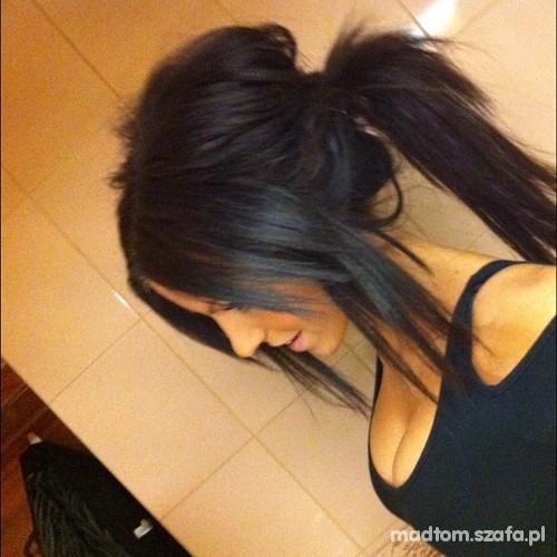 czarne włosy...