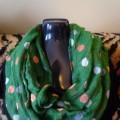 Zielona chusta w groszki