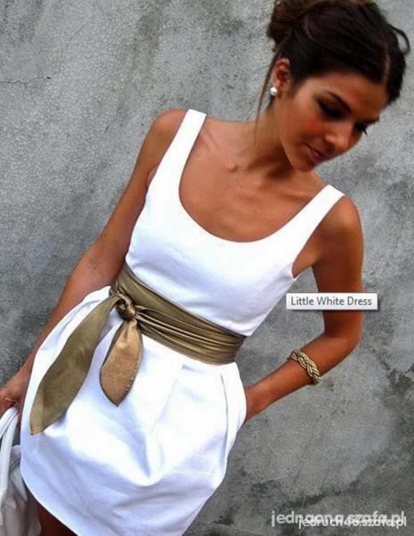 białą rozkloszowaną sukienkę firmy BERSHKA w rozm