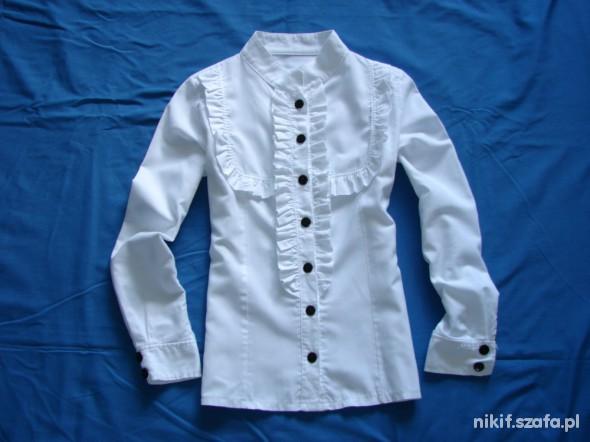 Biała koszula z żabotem czarne guziki stójka