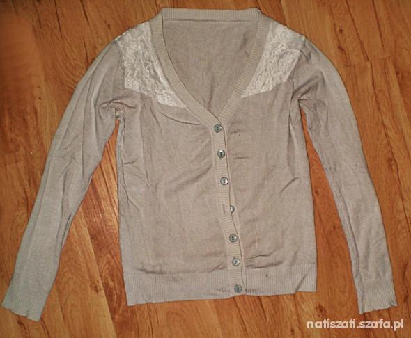Szary sweterek z koronką