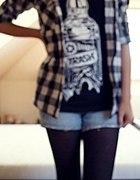 koszula w kratę alko koszulka i spodenki jeansowe