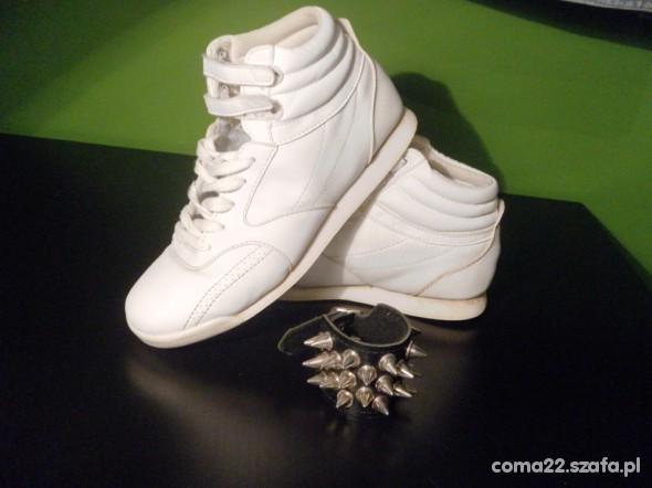 białe adidasy