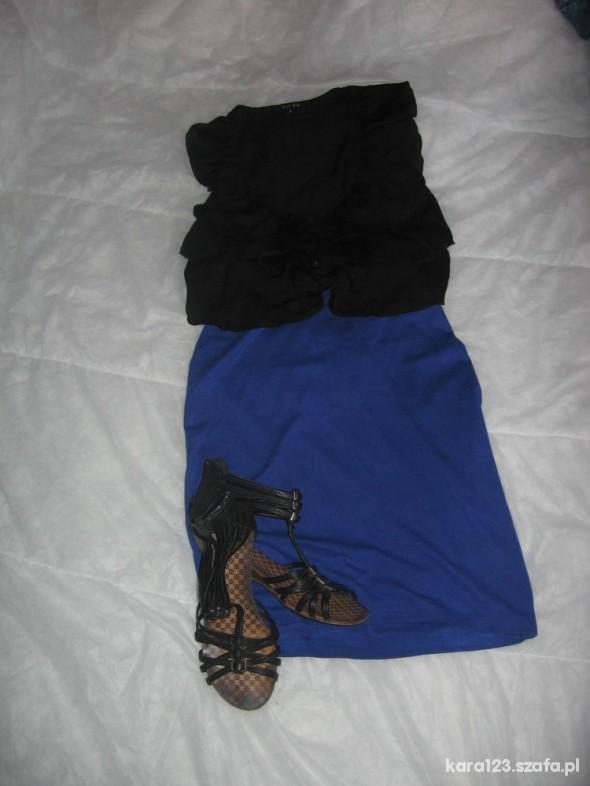 Eleganckie falbany i chabrowa spódnica