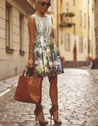 sukienka oraz ładne modne dodatki