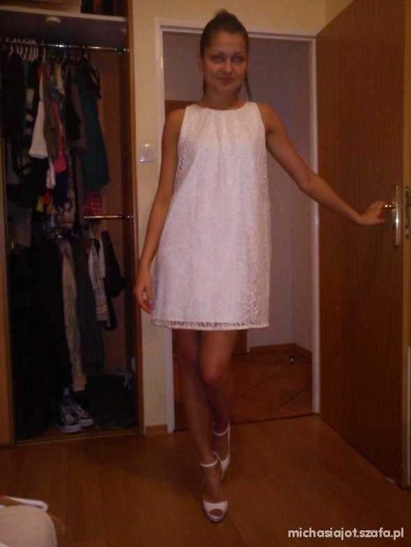 Eleganckie biała klasyczna sukienka