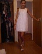biała klasyczna sukienka
