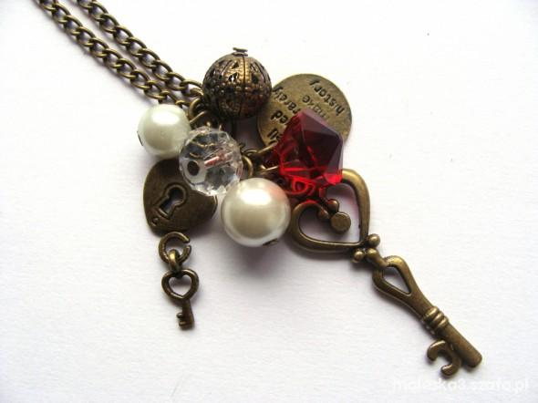 klucz i zawieszki na długim łańcuszku
