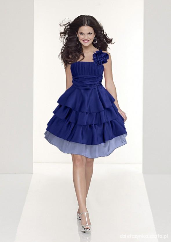 Granatowa suknia z falbanami