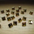 Złote ĆWIEKI PIRAMIDKI 12mm pukle nity kwadraty