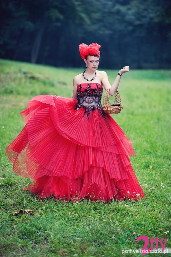 Wieczorowe piękna czerwona suknia plus korale plus kokarda
