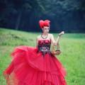 piękna czerwona suknia plus korale plus kokarda