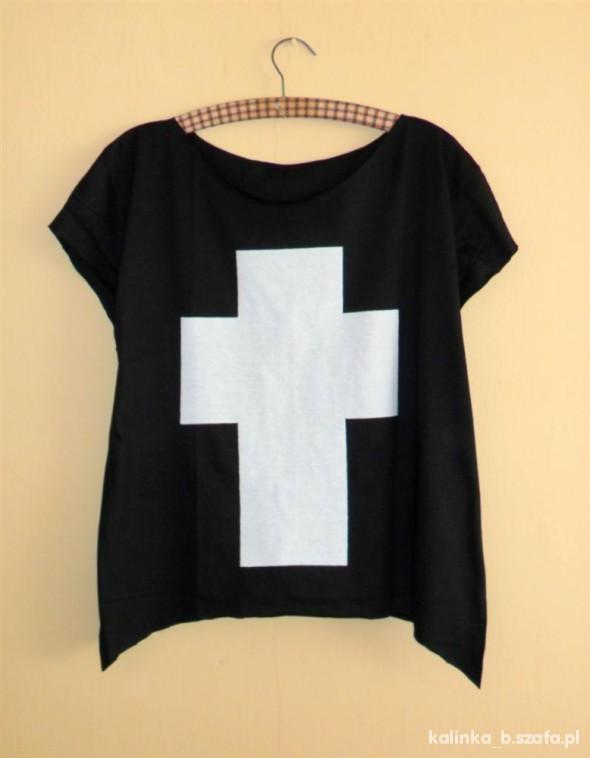 czarny oversize z wielkim białym krzyżem