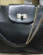 Czarna torba ze złotym łańcuszkiem