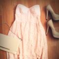 Pudrowa sukienka z połączeniem beżu