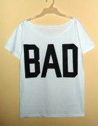 biała koszulka z czarnym napisem BAD a la misbhv