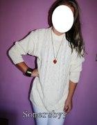 kremowy sweter oversize warkocz