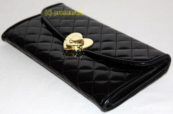 Czarny pikowany portfel z serduszkiem