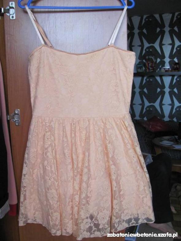 Suknie i sukienki brzoskwiniowa sukienka koronkowa L Gina Tricot