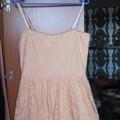 brzoskwiniowa sukienka koronkowa L Gina Tricot