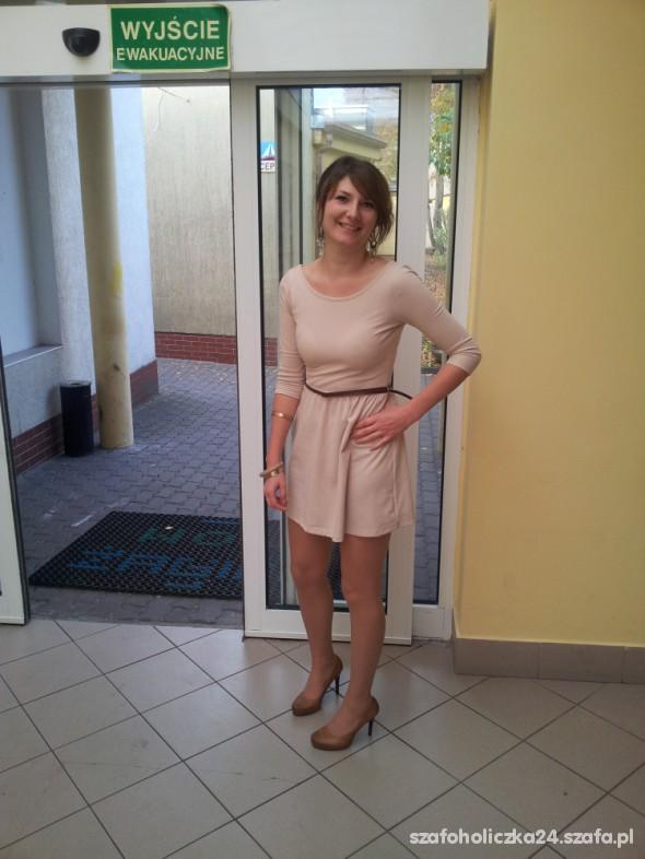 Na specjalne okazje beżowa sukienka Stradivarius