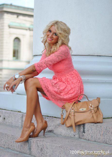 piękna koronkowa sukieneczka