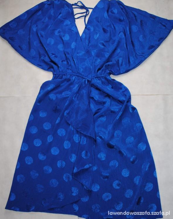 Piękna niebieska sukienka w kropki na sylwester